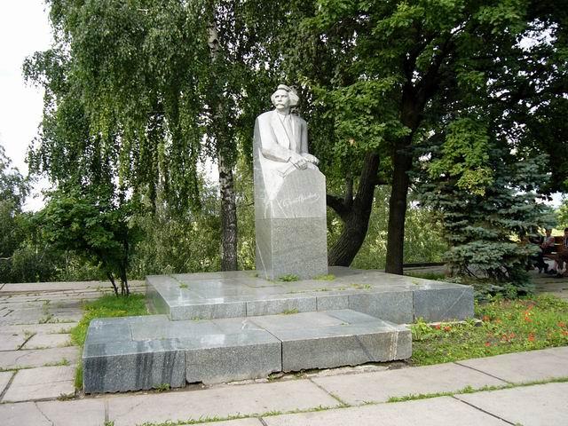 Памятник С.Н. Сергееву-Ценскому, писателю на набережной тамбова перед гостиницей-рестораном Тамбов