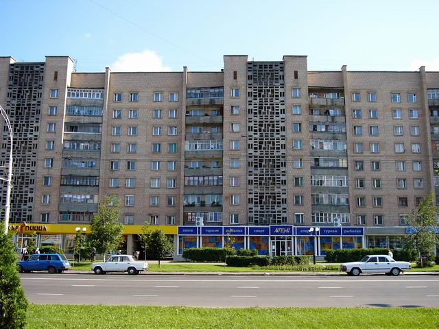 здание по улице Интернациональной - жилой дом, внизу пиццерия Жар-пицца и спортивный супермаркет ATEMI