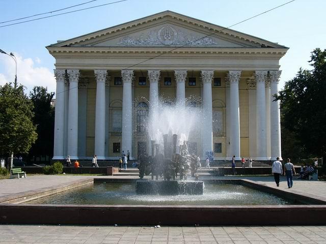 здание театра и фонтан
