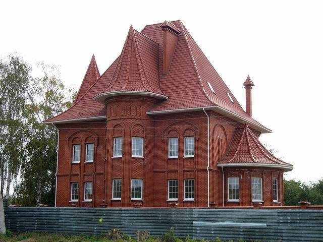 дом из красного кирпича рядом со стадионом Динамо