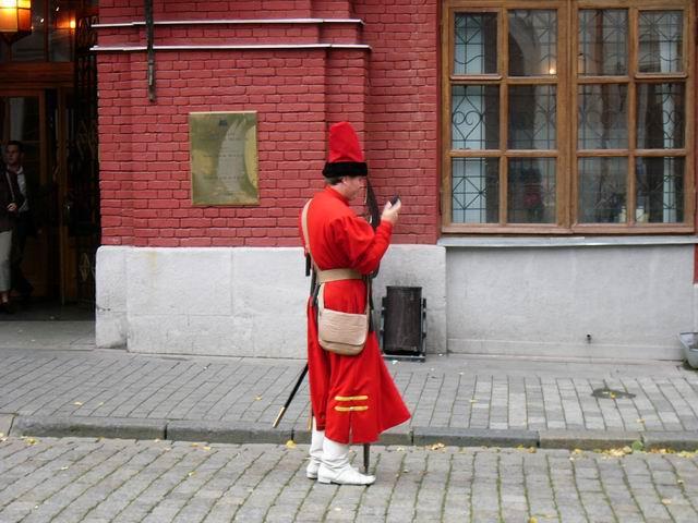 воин с секирой и сотовым телефоном
