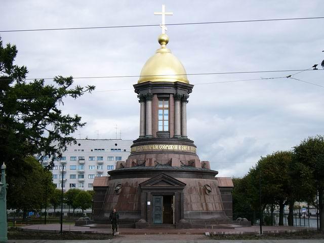 Свято-Троицкая часовня, возведенная два года назад на месте снесенного в 1933 году первого в Питере православного Свято-Троицкого храма