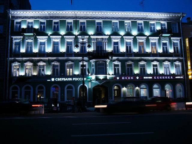 ночная подсветка здания на Невском проспекте