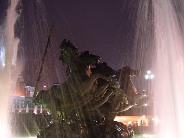 фонтан в вечернее время