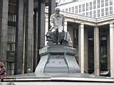 памятник Достоевскому перед Ленинской библиотекой