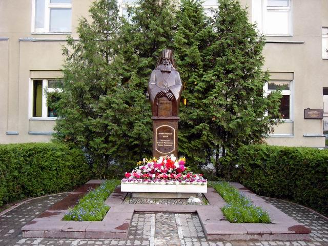 памятник архиепископу Луке, работавшему в тамбовской областной больнице № 2, там же и установлен