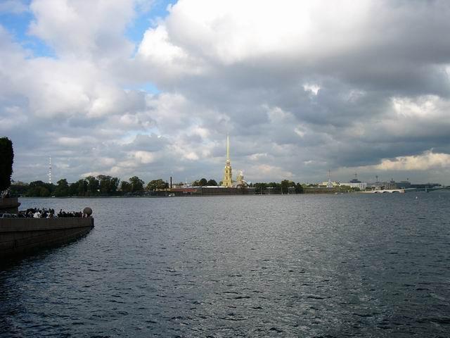 река Нева, вдалеке собор святых Петра и Павла