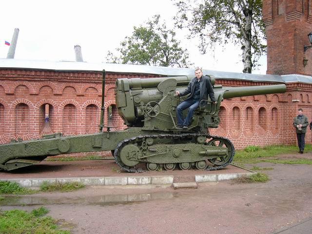 артиллерийское самоходное орудие перед входом в музей артиллерии
