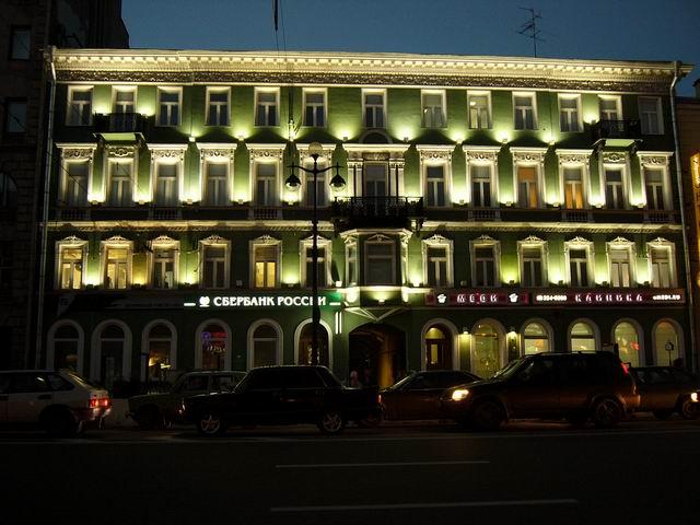 ночное освещение здания на Невском проспекте