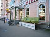 мебель на улице перед магазином